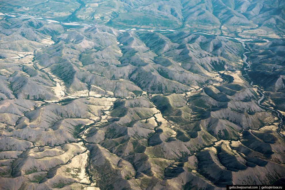 18. Индигирка питается дождями, снегом и ледниками. Бассейн реки расположен на многолетних мёрзлых г