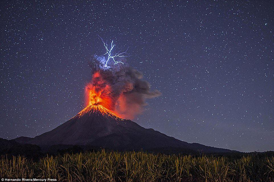 Извержение вулкана Кальбуко. Вид из города Пуэрто-Варас в Чили. В 2015 году произошло первое изверже