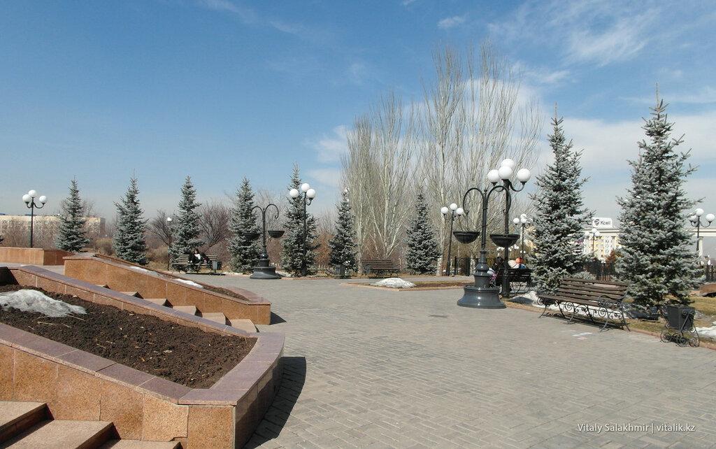 Скамейки возле панно Казахстан
