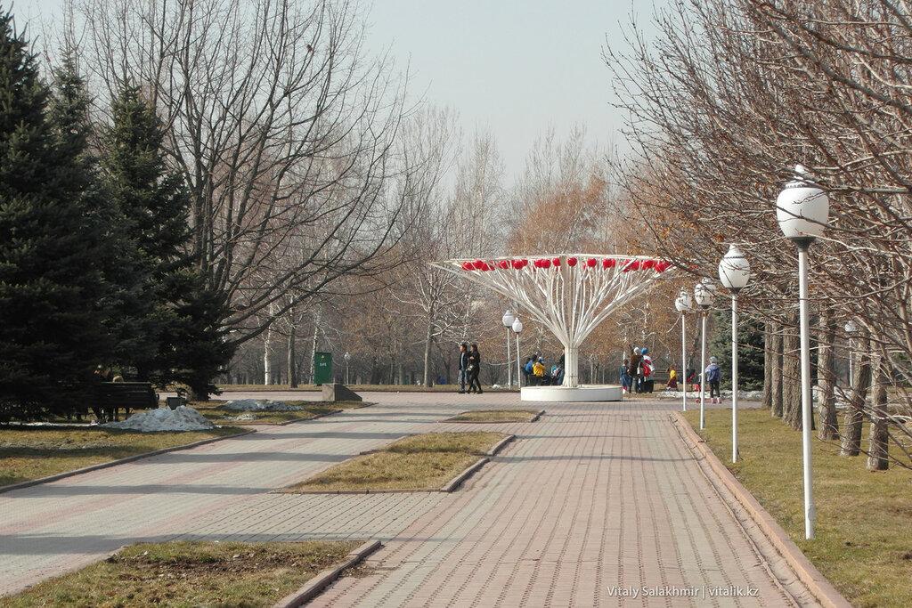 Яблочная скульптура в Парке Первого Президента