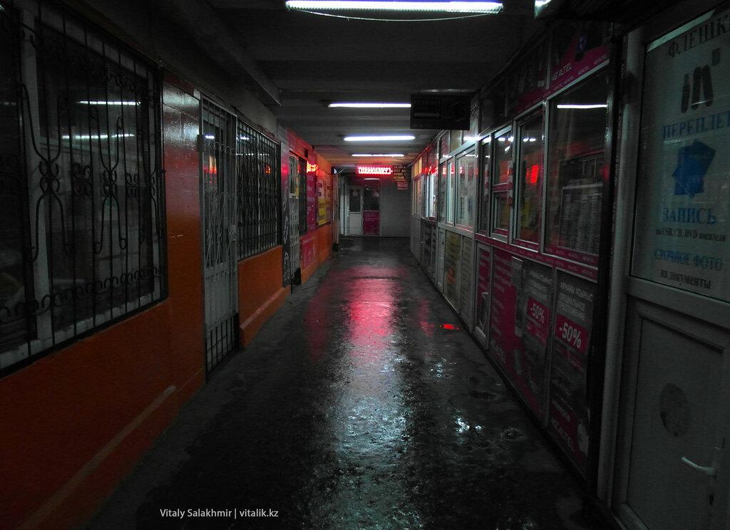 Внутри подземного перехода Гоголя Сейфуллина.