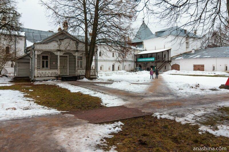 Вид в сторону Архивной Юго-Восточной башни и бывшего каретника, Вологодский кремль, Вологда