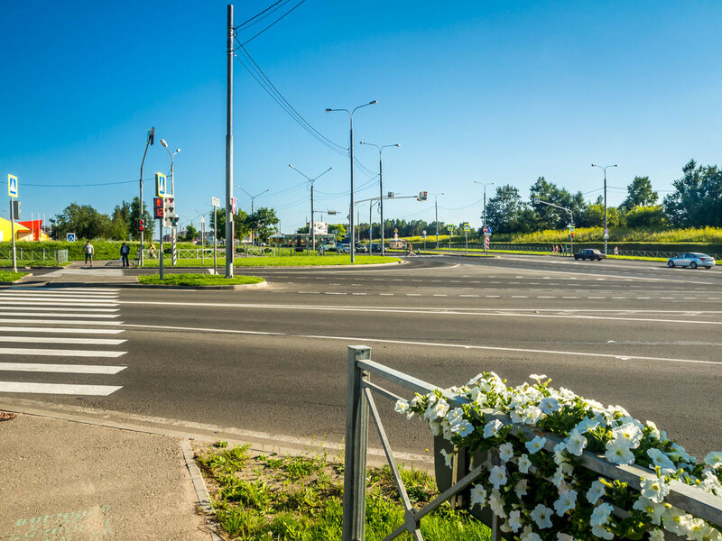 """Перекрёстки украшены белыми цветами, <a href=""""trips/russian_north/entry1/"""">прямо как в Пинске</a>."""