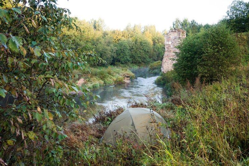 палатка у основ моста через Оредеж на насыпи Чудово - Веймарн