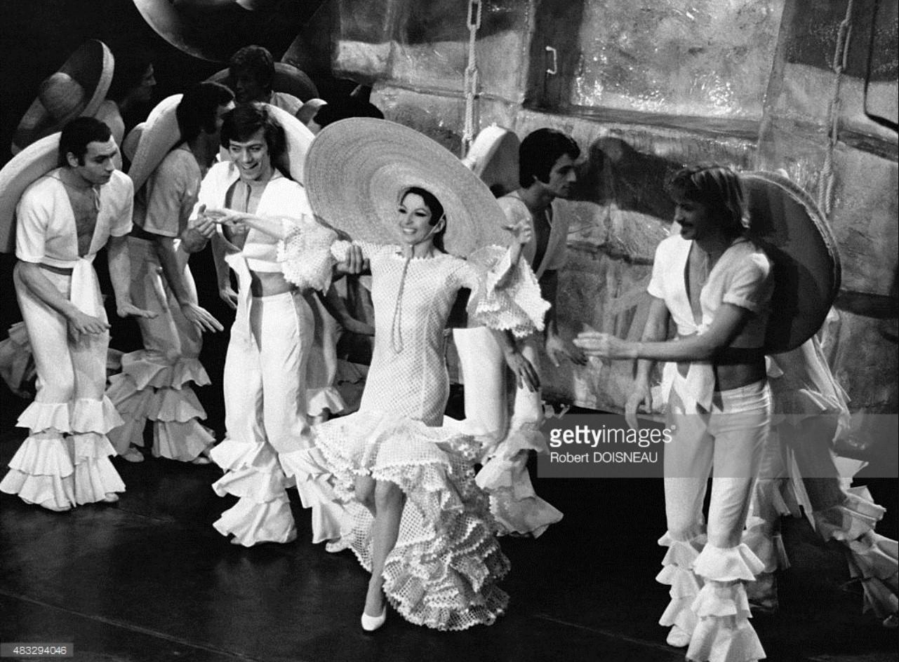 1970. Зизи Жанмер танцует и поет в шоу «Bing Bing Bang» во время «La Revue» Ролана Пети с костюмами, созданными Ив Сен Лораном. Casino de Paris 23 марта