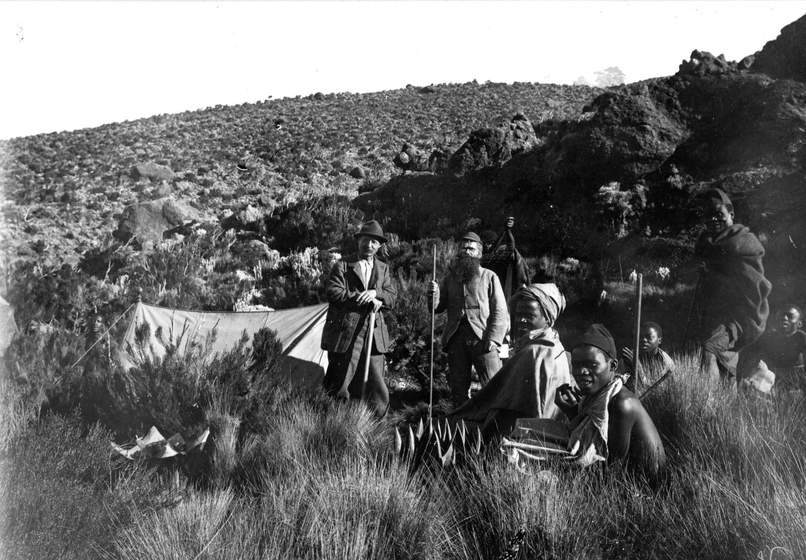 393. Немецкий географ Ганс Мейер и отец Ромер с местными носильщиками перед своей палаткой на юго-восточном склоне Кибо