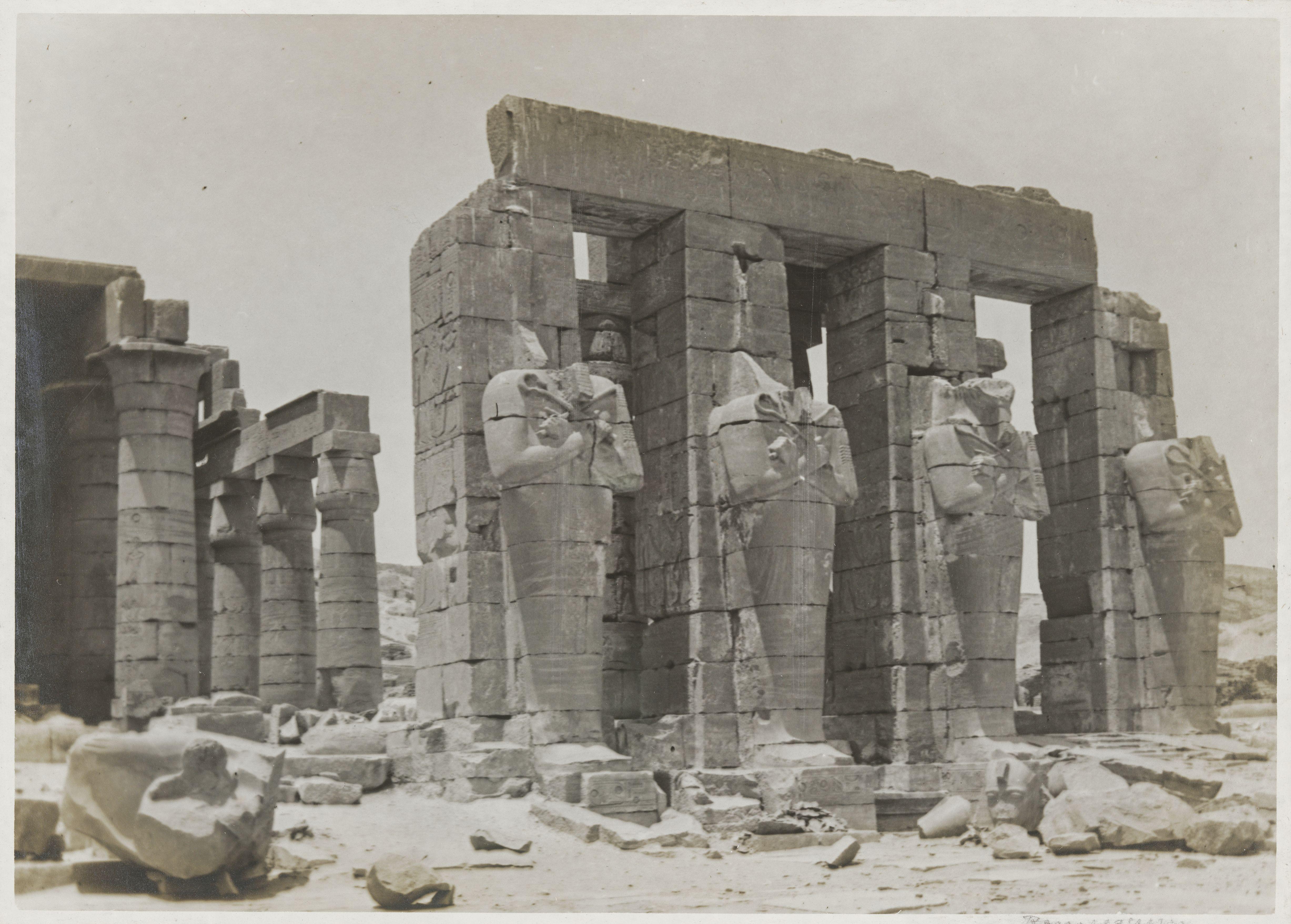 Рамессеум. Колонны со статуями Осириса на западной стороне. Двор, слева большой колонный зал