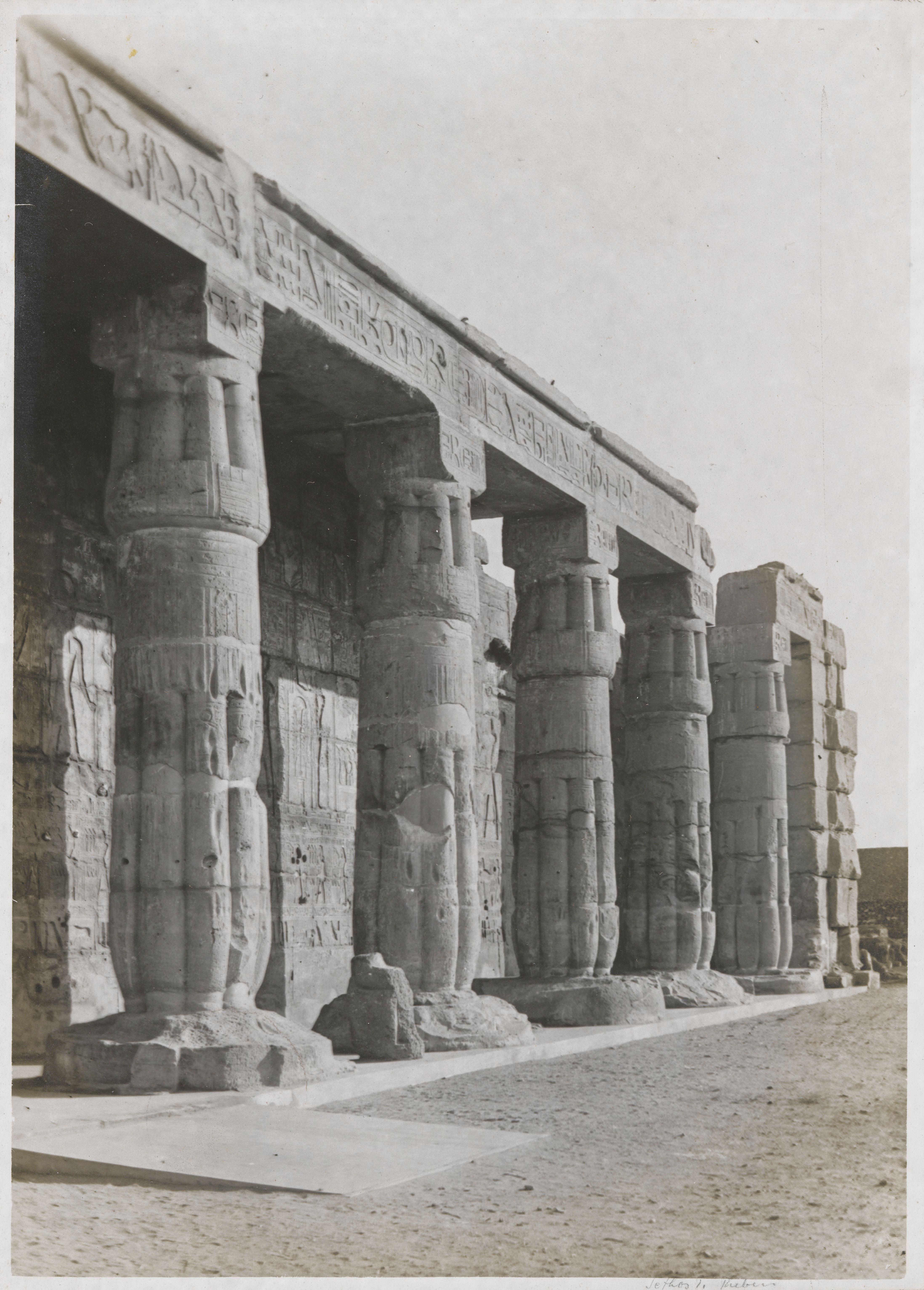 Храм Сети I в Курне. Вид на колонны со стороны второго двора