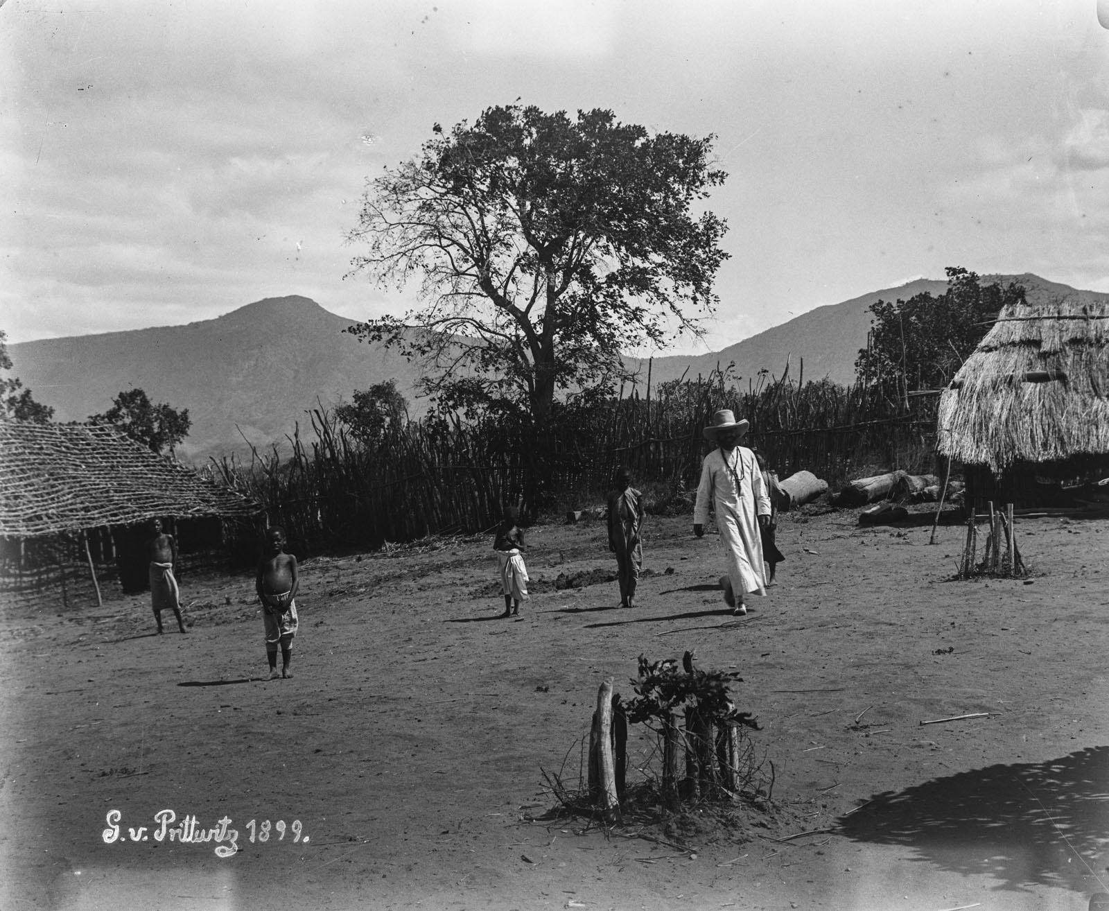 28. 1899. Миссионер и дети на миссионерской станции в Рукве