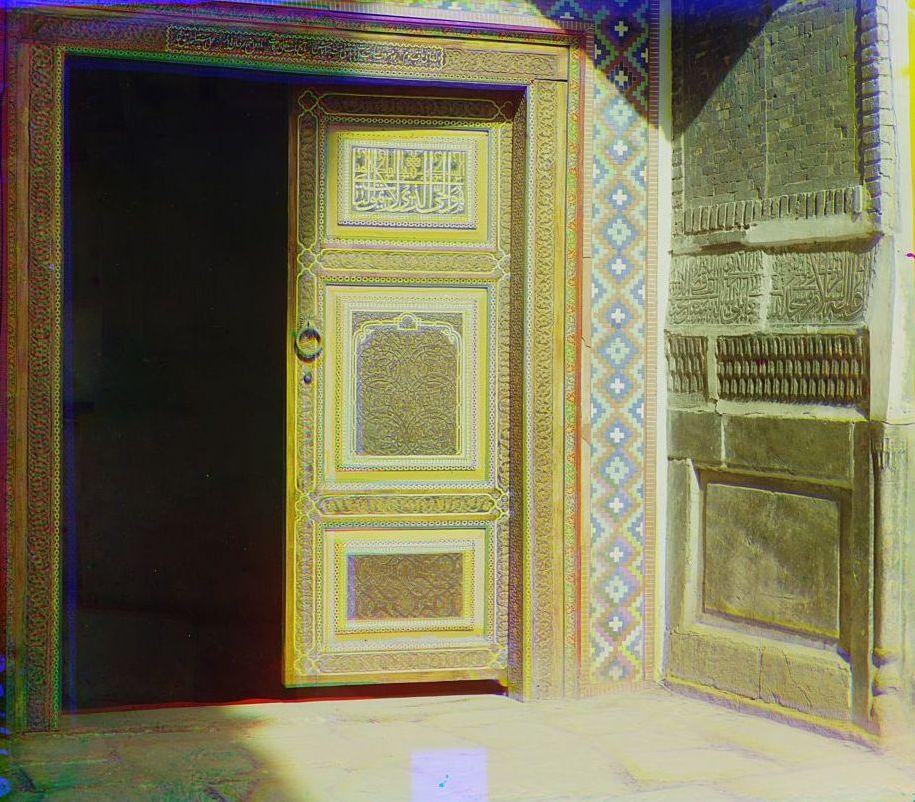 Часть входной двери с правой стороны Тилля-Кари