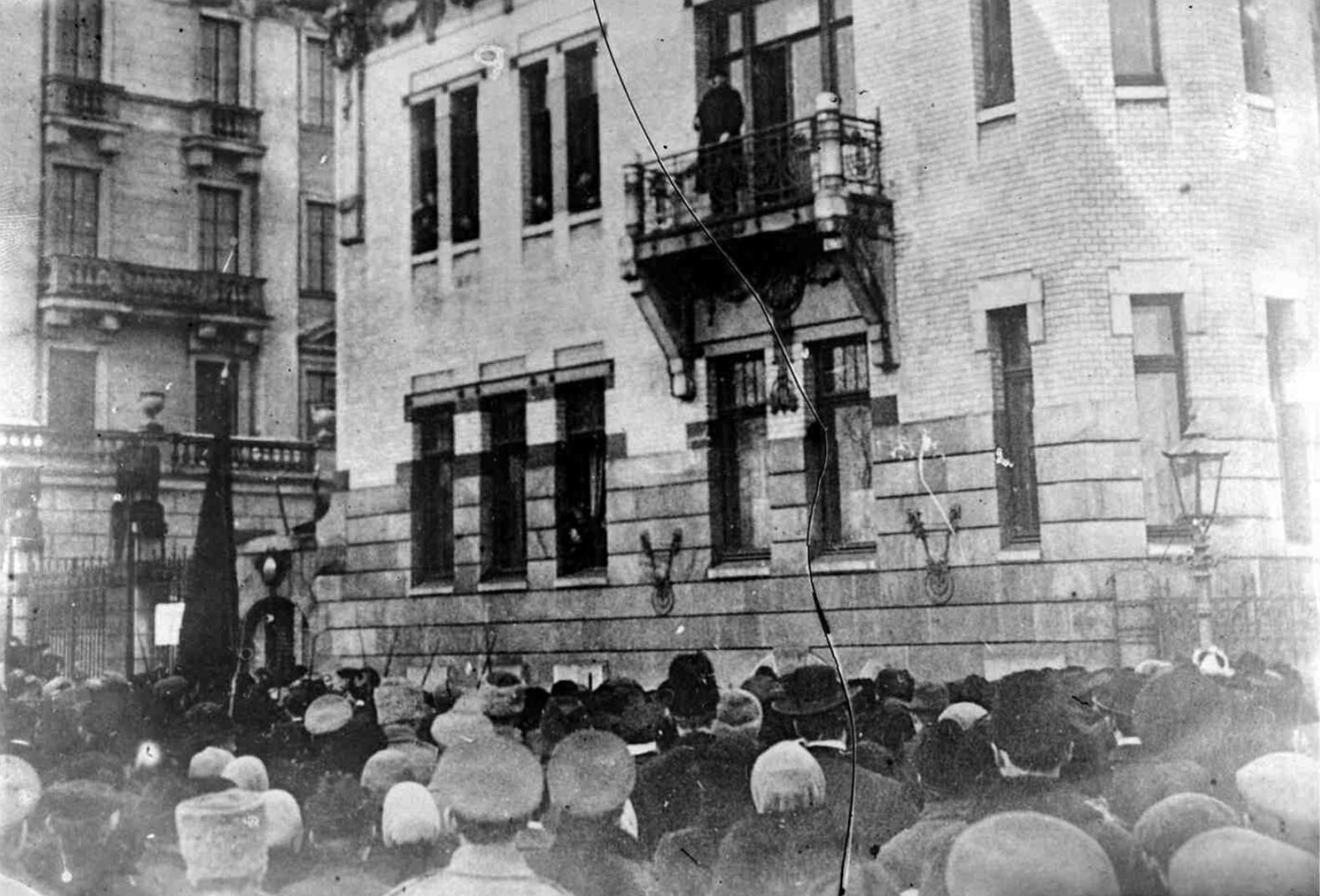 Общий вид митинга у здания штаба РСДРП(б) (бывший особняк Кшесинской). 1917