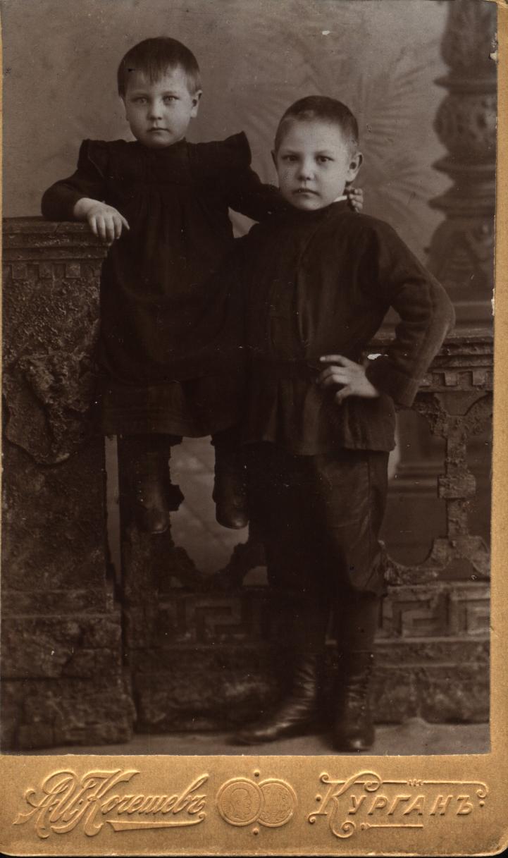Сазоновы Рая (5 лет) и Шура (8 лет) 1902