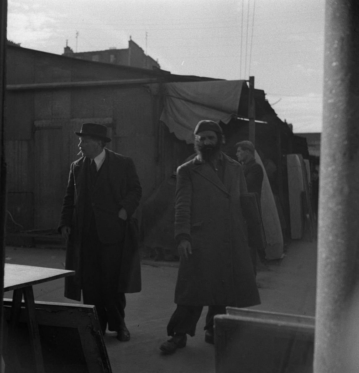28. Двое мужчин в проходах блошиного рынка