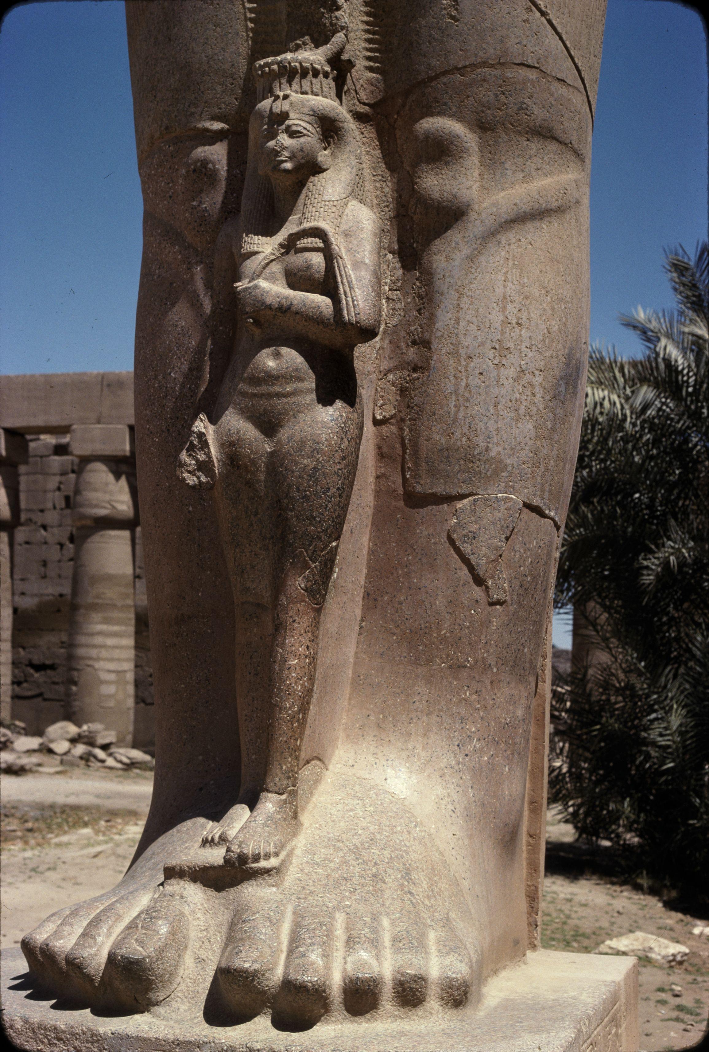 Статуя Рамсеса II с дочерью Бент-Анат из красного асуанского гранита (фрагмент)