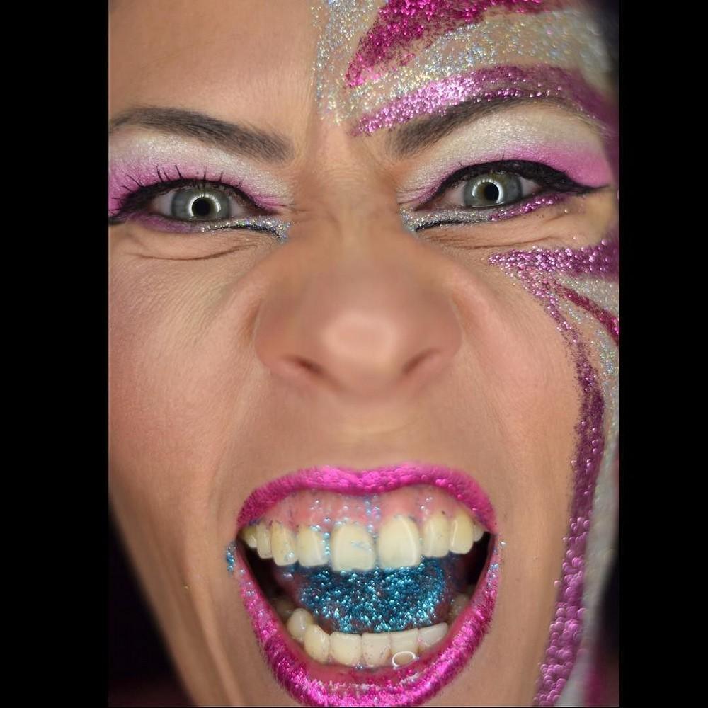 Новый модный тренд: блестки на языке