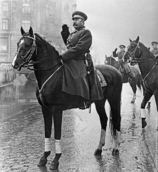 И.В. Сталин на коне отдает честь. Идет парад