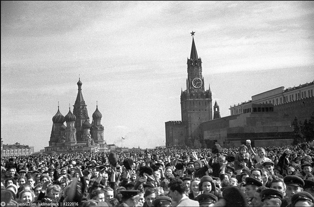 Народные гуляния на Красной площади после сообщения о капитуляции Германии