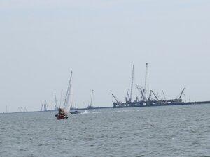 Яхта на фоне строящегося моста в Керчь