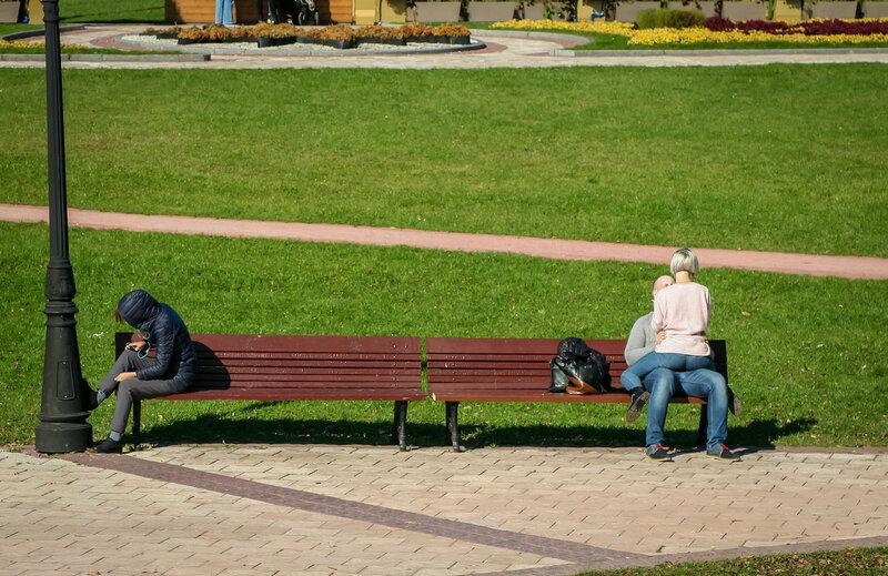 Влюблённая пара на скамейке