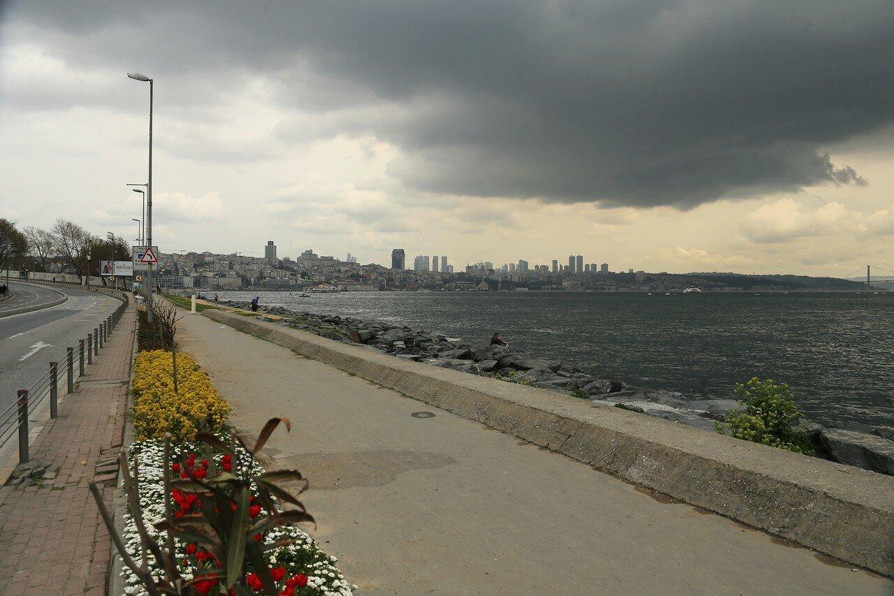 Весенний Стамбул. Воскресный день на набережной Кеннеди