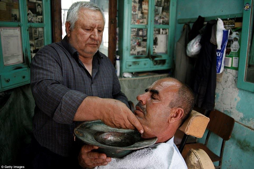 Это вам не модный барбершоп: традиционные мужские парикмахерские со всего мира (11 фото)