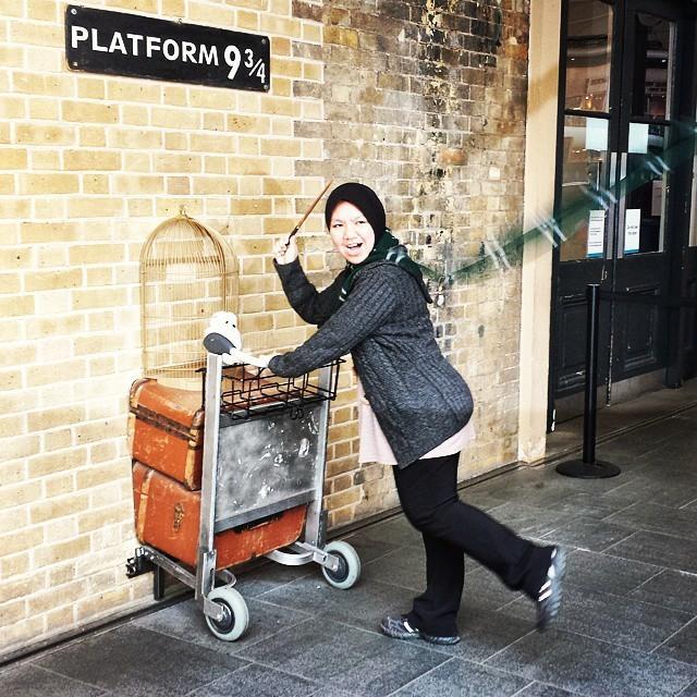 21. Признак настоящего фаната — попытка изобразить студента Хогвартса с развевающимся шарфом одного