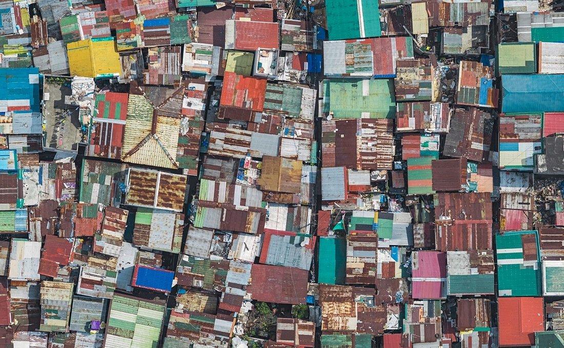 Его исследования привели его в Манилу, где разноцветные крыши трущобных лачуг, сколоченных из остатк