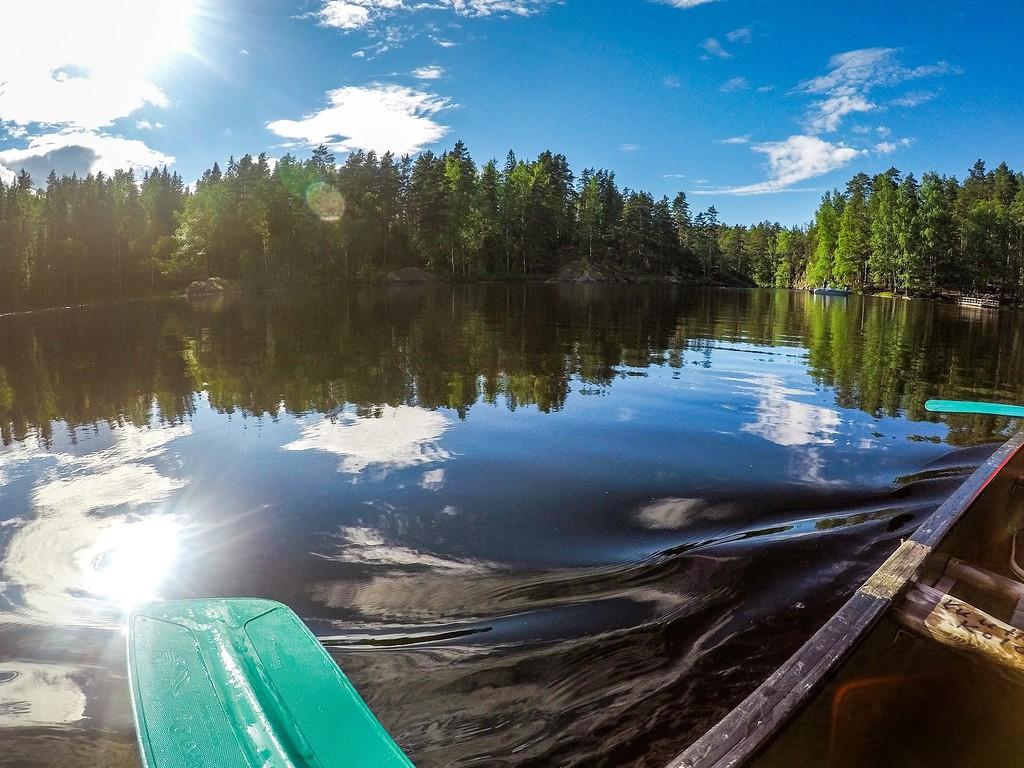 К стоянке можно подплыть на лодке, перекусить и двинуть дальше.