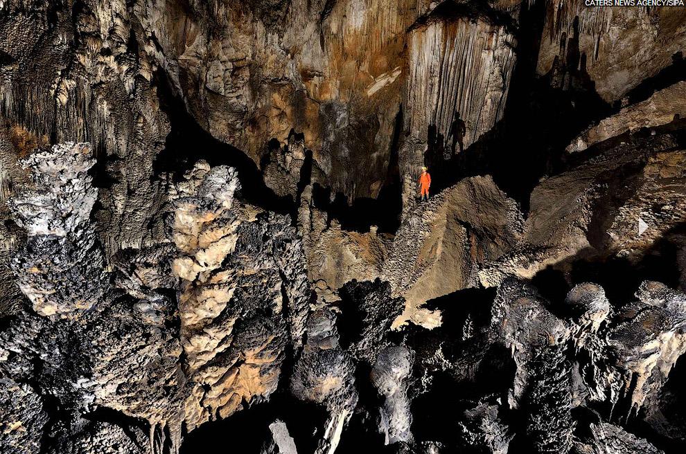 Подземное озеро и подземный водопад. Представьте, что все это существовало в абсолютной темно