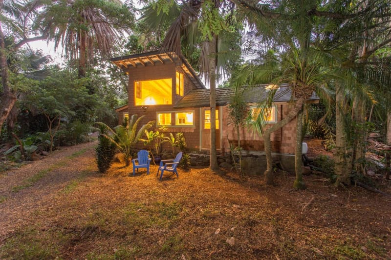 Этот восхитительный дом, окруженный пальмами, расположен в 10 минутах от пляжа в Макавао, Гавайи. Во