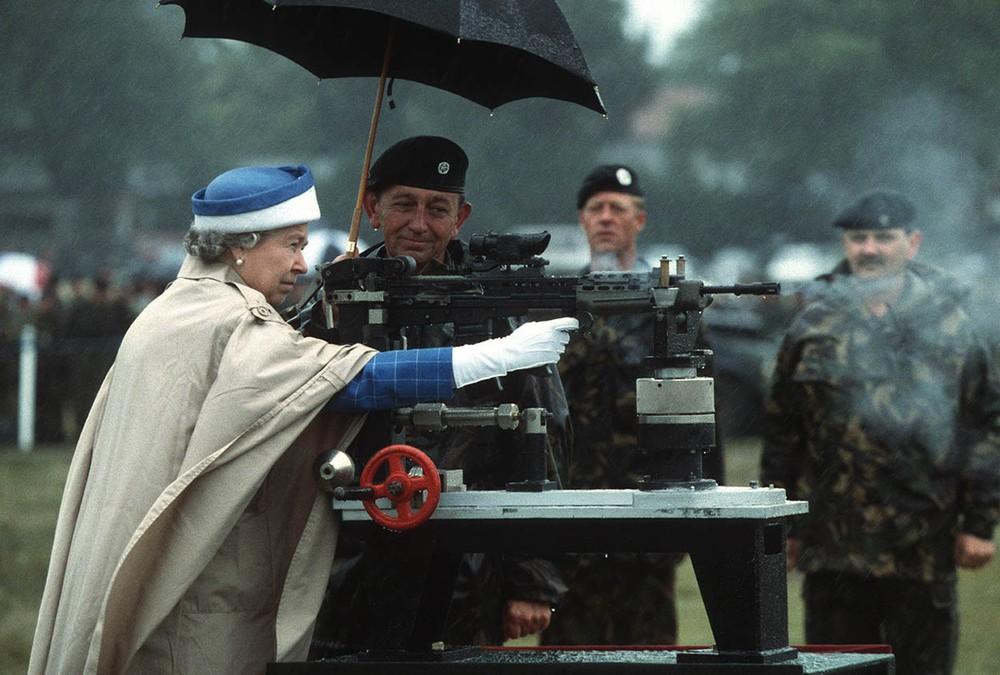 2. Она умеет стрелять.   Это фото было сделано во время визита королевы на стрельбище в Суррее.