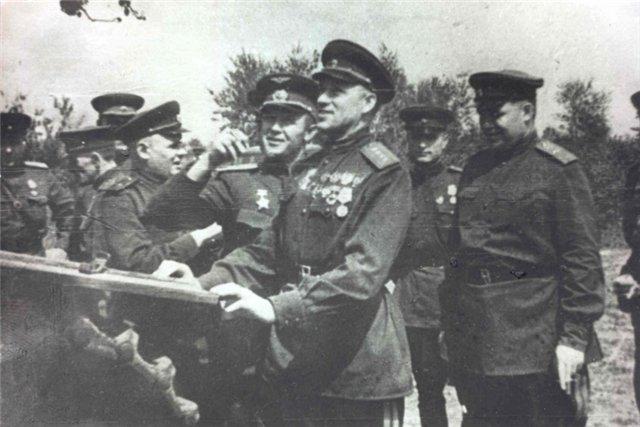 20170828-03-Осмотр подбитой немецкой техники после Курской битвы