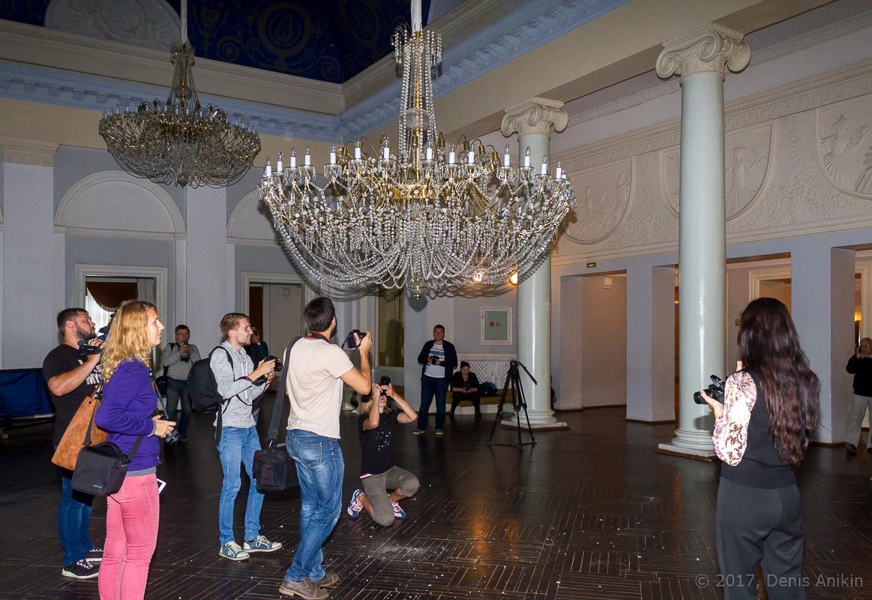 опускают люстру в театре оперы и балета фото 1