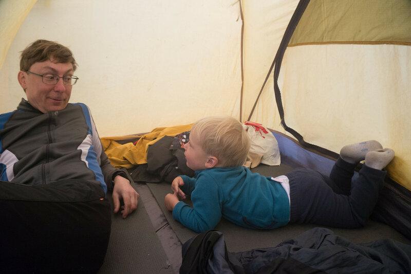 папа и сын в походе в палатке cetus 3