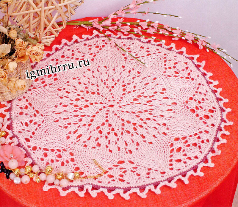 Розовая салфетка с цветочным узором. Вязание спицами
