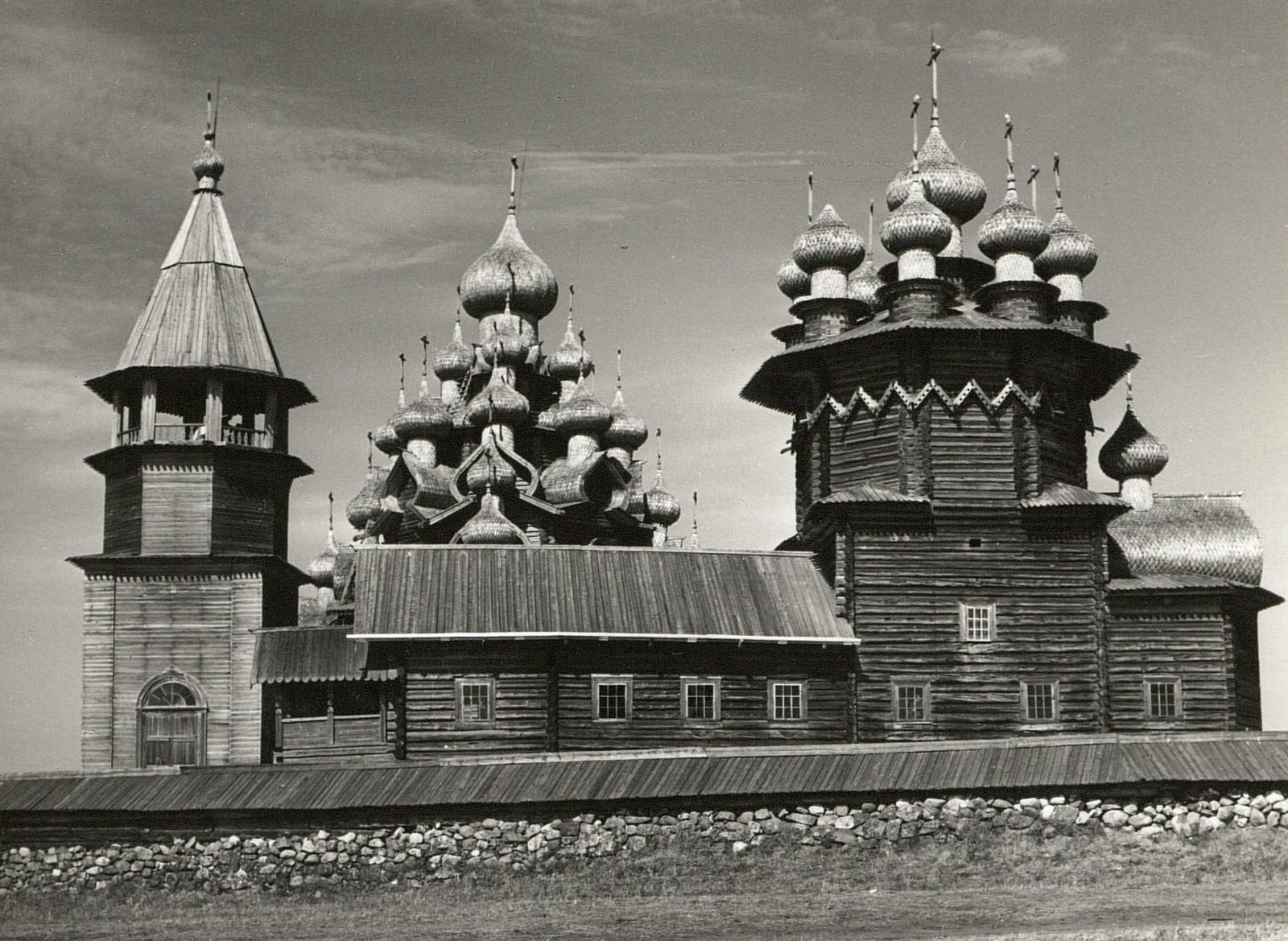 Кижи. Часовая башня (1824) и Покровская церковь
