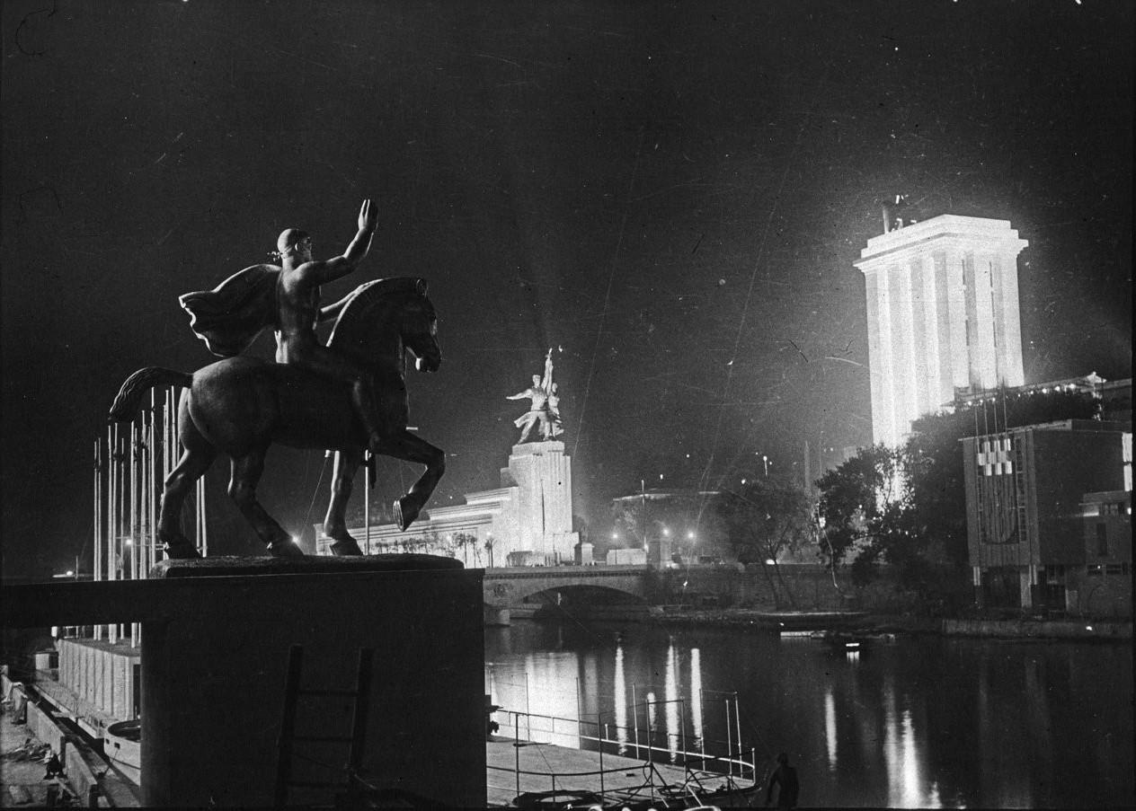 Ночной вид павильонов СССР (слева), Германии (в центре) и Италии (справа)
