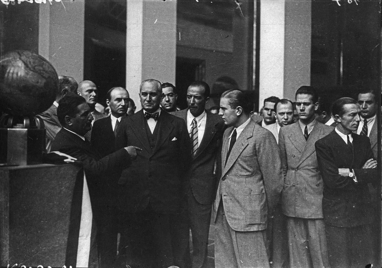 Павильон аэронавтики.  Г-н Поль Бастид (слева) беседует с итальянским летчиком Бруно Муссолини, сыном дуче (центр)