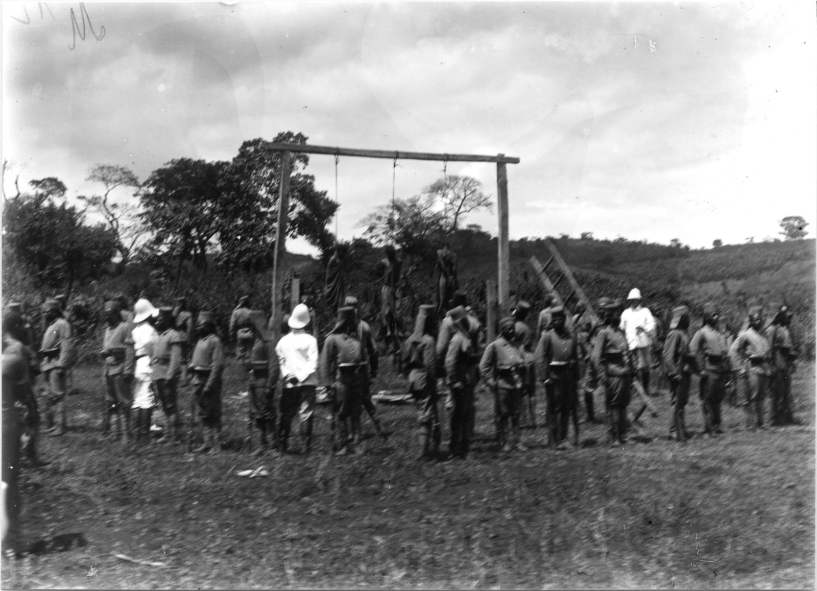33. Казнь туземцев на виселице в присутствии немецких колониальных чиновников и Аскари