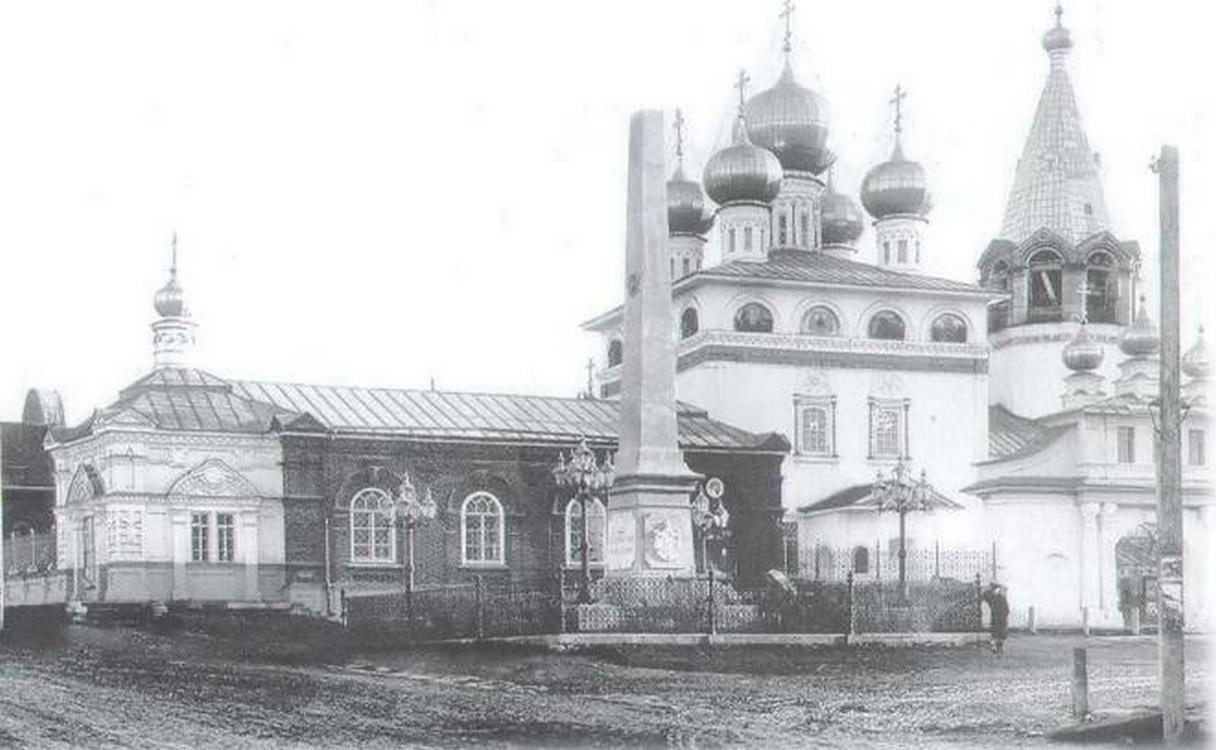 Алексеевская церковь (слева) и Благовещенский собор (справа)