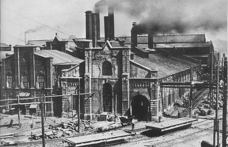 Здание электростанции (слева)