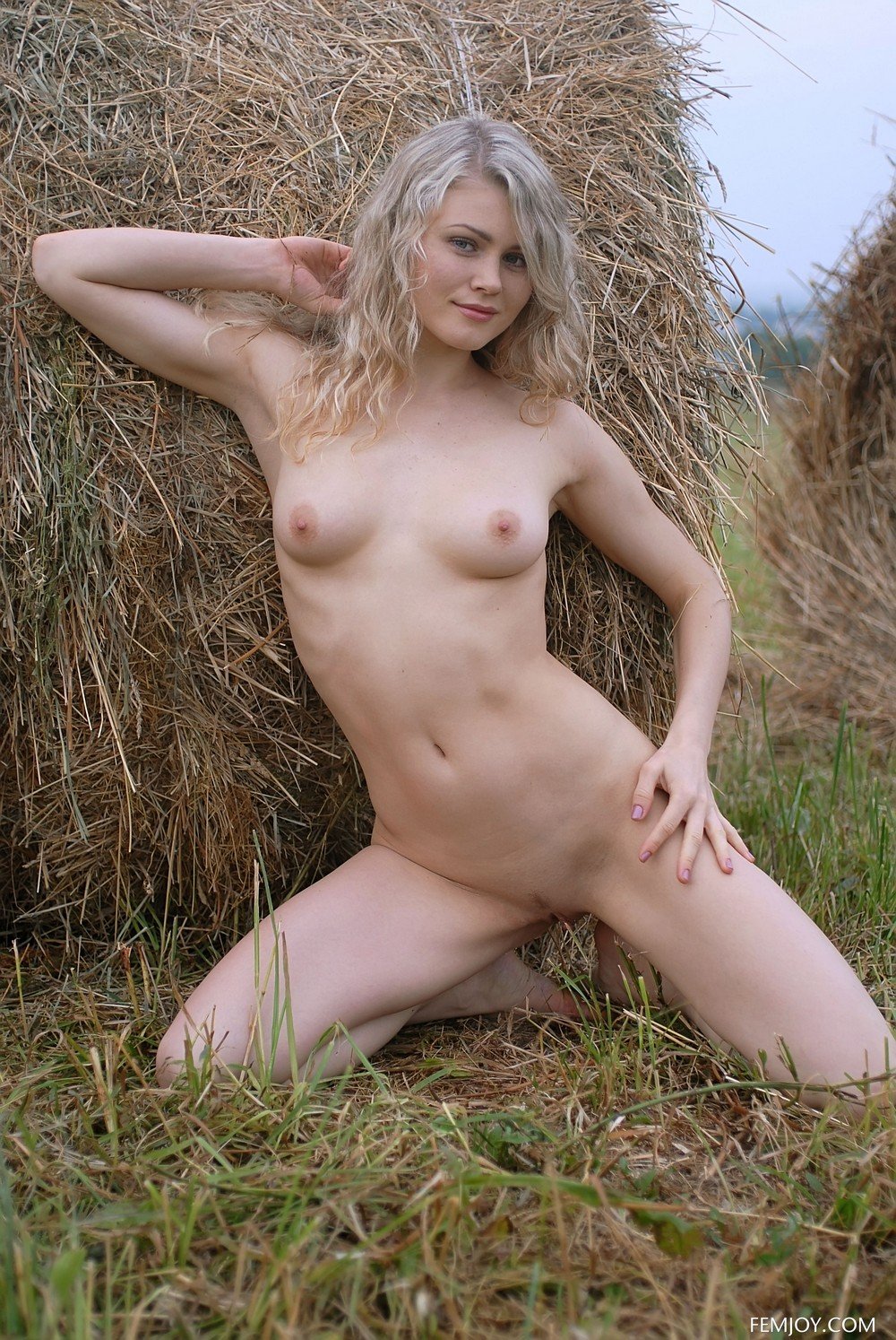 Обнаженная Джоана в поле
