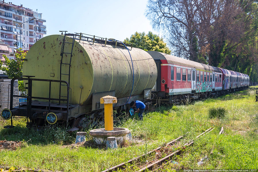14. Вот так и движется поезд «Албания» в свое будущее без железных дорог...