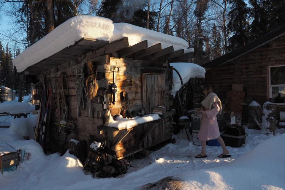 В доме нет горячей воды, ее нужно кипятить, а функцию холодильника выполняет снег.