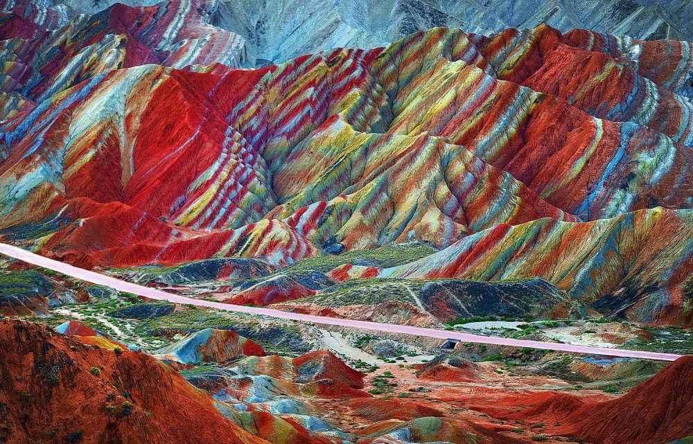© eastnews     Эти разноцветные горные «слоеные пироги»— результат наслоения дру