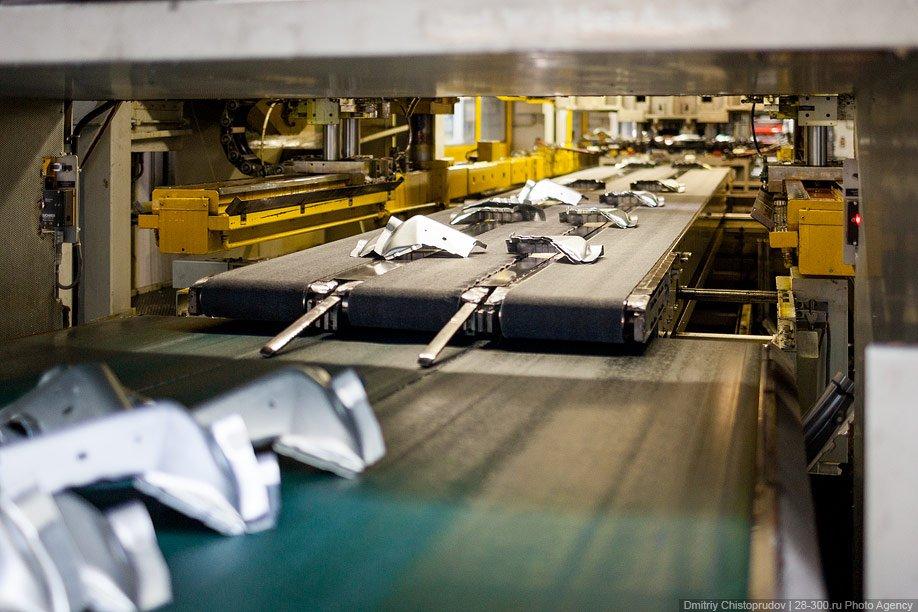 Такой станок стоит 40 миллионов евро. За одну операцию он штампует боковину автомобиля. Пресс