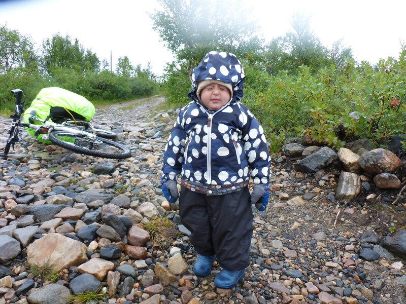 двухлетний ребенок в походе под дождем