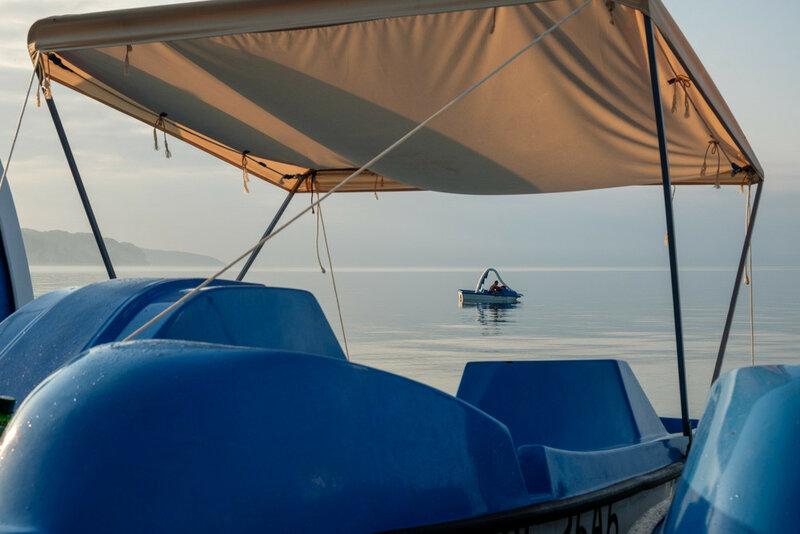 рыбаки на катамаране в море Пицундская бухта