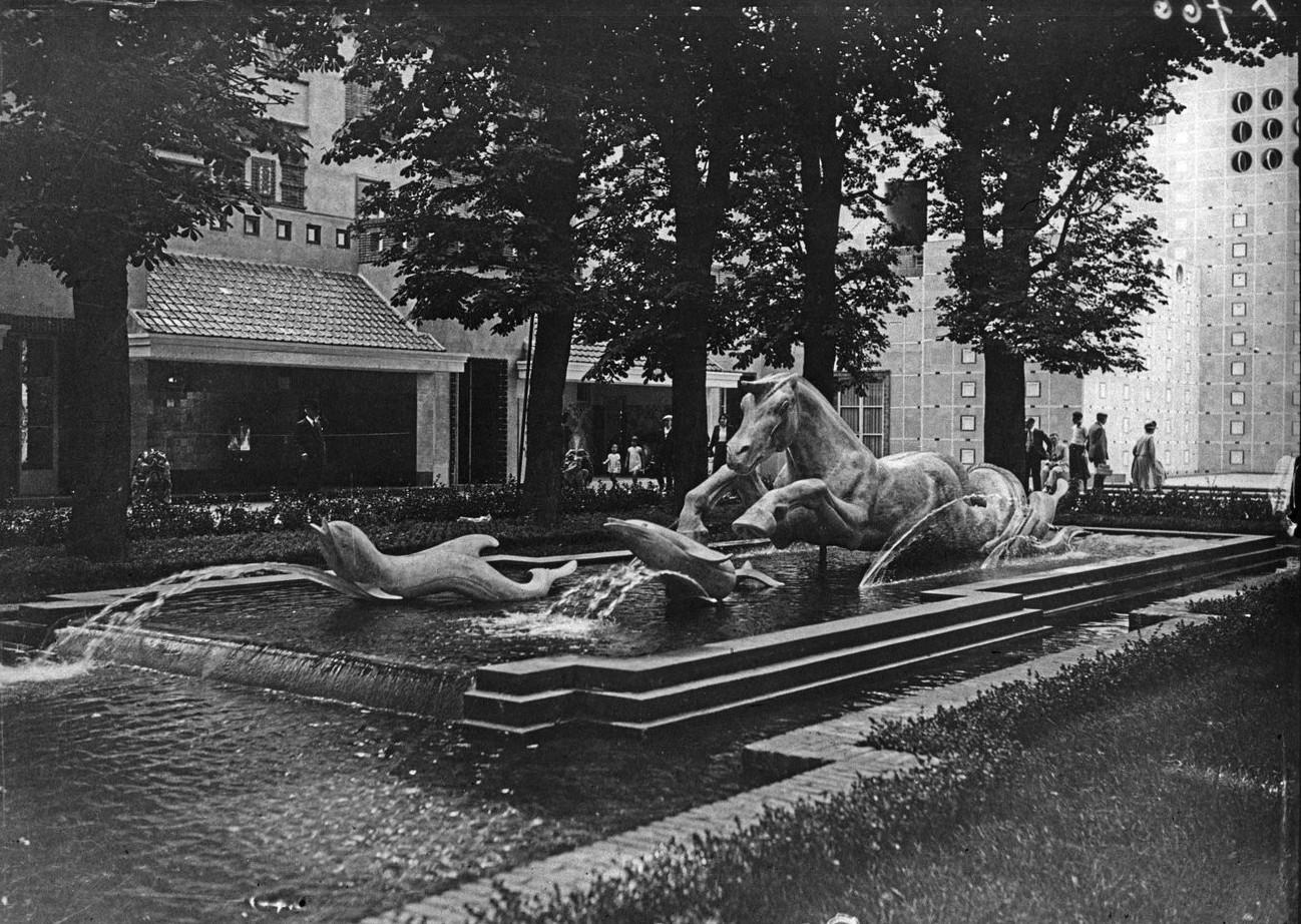 Фонтан в саду за павильоном Керамики и стекла