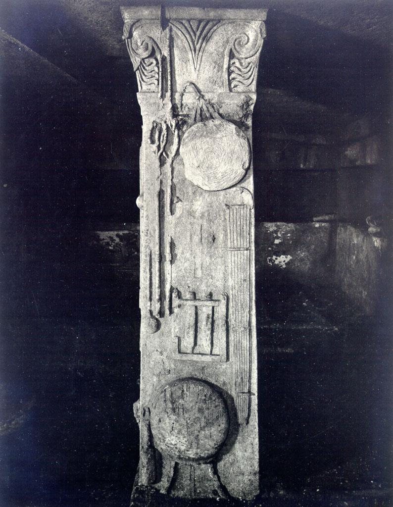 Гробница Рельефов. Правый столп
